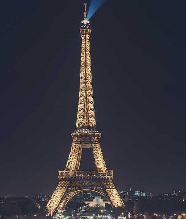 La tour eiffel entièrement illuminée la nuit