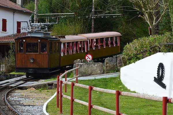 Le petit train de la Rhune arrive en gare de départ à sare